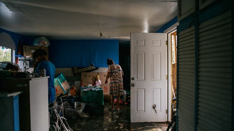 Une habitante de Barataria, en Louisiane, dans sa maison, après le passage de l'ouragan Ida, le 31 août 2021. (BRANDON BELL / GETTY IMAGES NORTH AMERICA / AFP)