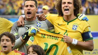 Julio Cesar et David Luiz chantent l'hymne brésilien au stade de Belo Horizonte, mardi 8 juillet, avec un maillot de Neymar à la main. (MARCUS BRANDT / DPA / AFP)