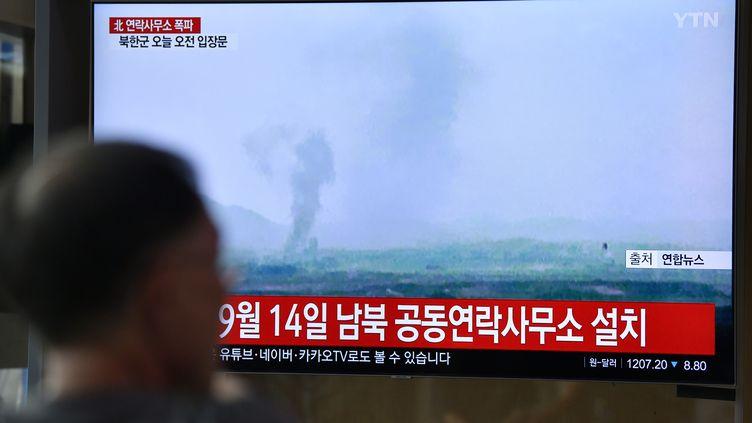 Un écran de télévision à Séoul (Corée du Sud) montre des images de l'explosion du poste de liaison intercoréen à Kaesong (Corée du Nord), le 16 juin 2020. (JUNG YEON-JE / AFP)