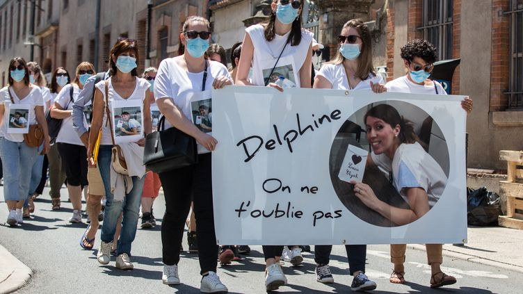 Des collègues et des proches de Delphine Jubillar, lors d'une marche à Albi (Tarn) le 12 juin 2021. (FRED SCHEIBER / AFP)