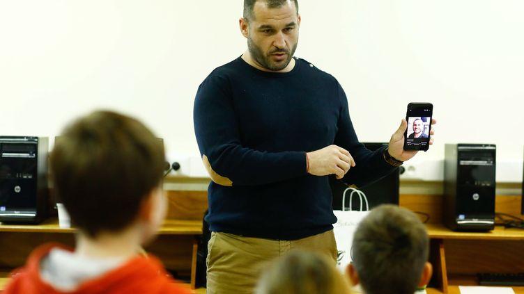 L'ancien rugbyman Sébastien Boueilh,fondateur de l'association Colosse aux pieds d'argile, mène une action de prévention auprès d'enfants à Guérande (Loire-Atlantique), le 6 février 2019. (MAXPPP)