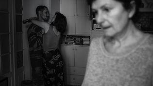 Selon l'économiste Robin Rivaton, les quartiers où il y a beaucoup de cohabitation inter-générationnelle ont été davantage touchés par le coronavirus, notamment au Royaume-Uni. (KAMILA STEPIEN / LE PICTORIUM / MAXPPP)