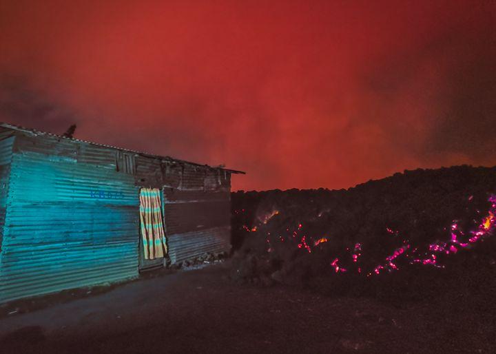 La coulée de lave du volcan Nyiragongos'est arrêtée net devant cette habitation en tôle à Goma, le 22 mai 2021. (Don Juan Masudi)