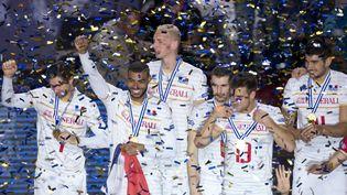 Les joueurs de l'équipe de France de volley-ball célèbrent leur victoire lors de l'Euro de volley, à Sofia (Bulgarie), le 18 octobre 2015. (NIKOLAY DOYCHINOV / AFP)