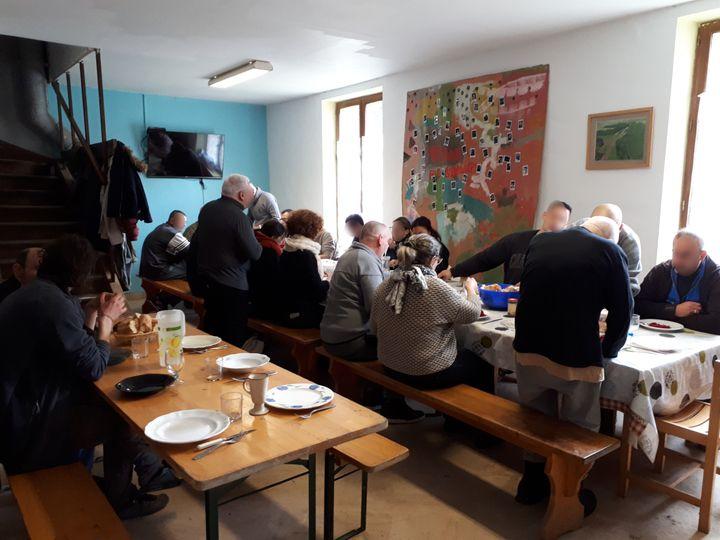 """La vingtaine de résidents de la """"ferme-prison"""" de Moyembrie (Aisne) ont, entre autres obligations, celle de déjeuner collectivement tous les jours. Un résident s'occupe de la préparation des repas. (MATHILDE LEMAIRE / FRANCEINFO)"""