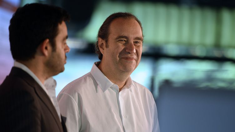 Le fondateur de Free, Xavier Niel (au centre), participe à l'assemblée générale de l'Electronic Business Group, à Paris, le 25 juin 2013. (LIONEL BONAVENTURE / AFP)