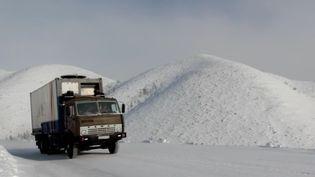 Un camion fait le lien entre Iakoutsk,la capitale régionale de la Sibérie, en Russie, et des régions quasiment inaccessibles. Il est le seul ravitaillement deces territoiresexposés à des températures glaciales. (FRANCE 2)