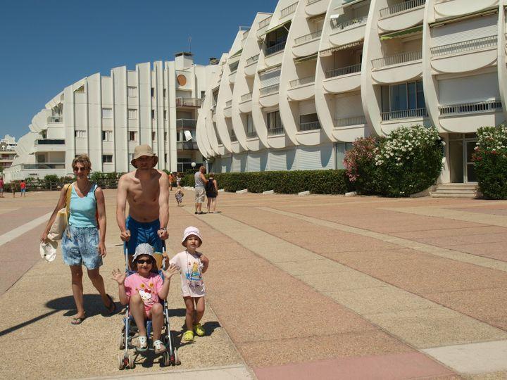Petite balade sur le front de mer pour Nathalie, Pierre et leurs deux filles, avant d'aller se baigner. (ARIANE NICOLAS / FTVI)