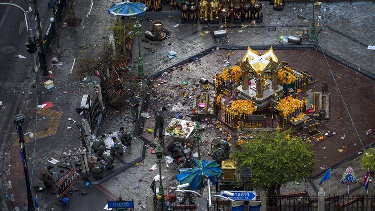 Des experts procèdent à des relevés autour du lieu où est survenu un attentat meurtrier à Bangkok, le 18 août 2015. (ATHIT PERAWONGMETHA / REUTERS)