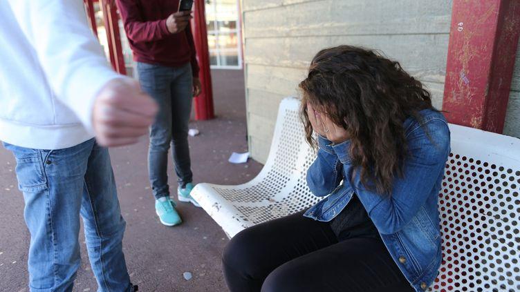 """Les parents d'une adolescente victime de harcèlement scolaire racontent son calvaire dans les colonnes du """"Parisien"""". (Photo d'illustration) (MAXPPP)"""