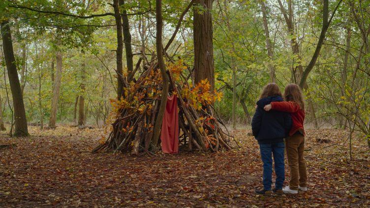 La petite Nelly et Marion prèsde la cabane construite par sa mère enfant. (Copyright Pyramide Films)