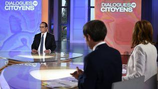 """Le président Françios Hollande, invité de """"Dialogues citoyens"""", sur France 2, le 14 avril 2016. (STEPHANE DE SAKUTIN / AFP)"""