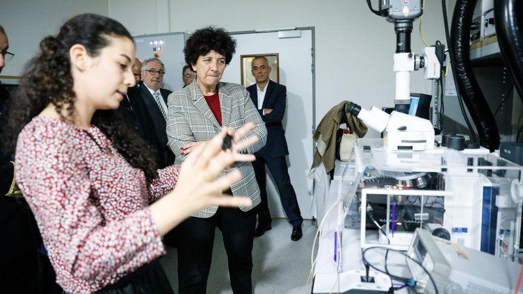 La ministre de l'Enseignement supérieur et de la Recherche, Frédérique Vidal, visite un laboratoire à l'ENS Paris Saclay, le 22 octobre 2018. (MAXPPP)