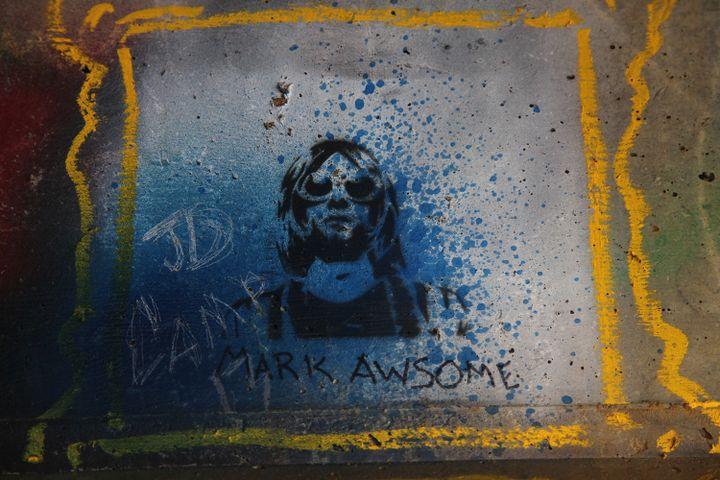 Graffiti en hommage à Kurt Cobain, sous un pont dans le park qui porte son nom à Aberdeen  (SEBASTIAN VUAGNAT / AFP)