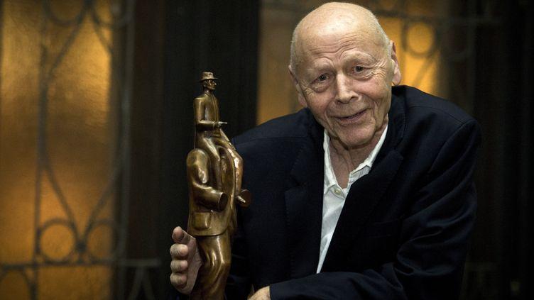 Pierre Michon pose à côté de la statuette du Prix Franz Kafka dont il est le nouveau lauréat, le 22 octobre à Prague (KATERINA SULOVA/AP/SIPA / SIPA)