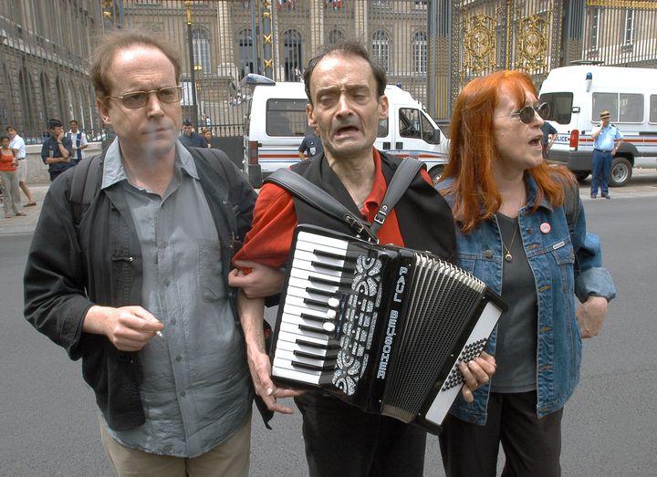 Le cofondateur de Potere Operaio, Oreste Scalzone (au centre), manifeste le 30 juin 2004 devant la cour d'appel de Paris qui a émis un avis favorable à l'extradition de Cesare Battisti. (STEPHANE DE SAKUTIN / AFP)