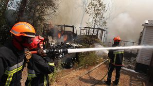 Des pompiers interviennent dans un camping de Fréjus (Var), le 27 juillet 2015. (MAXPPP)