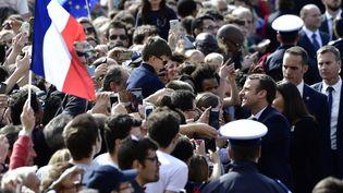 Emmanuel Macron s'offre un long bain de foule à son arrivée à l'Hôtel de Viille de Paris oùune réception officielle est organisée en son honneur par la maire Anne Hidalgo. (PHILIPPE LOPEZ / AFP)