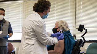 Une vaccination contre le coronavirus à Boston, aux États-Unis, le 23 décembre 2020. (JOSEPH PREZIOSO / AFP)