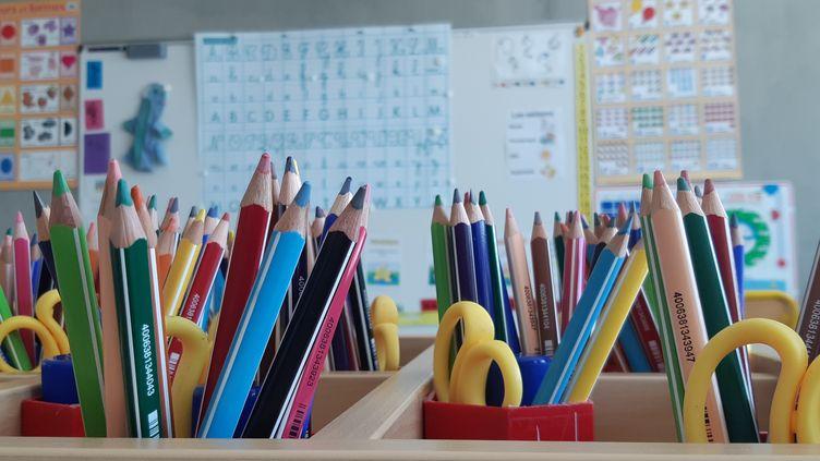Des pots de crayons de couleur dans une salle de classe (illustration). (LUCIE THUILLET / RADIOFRANCE)