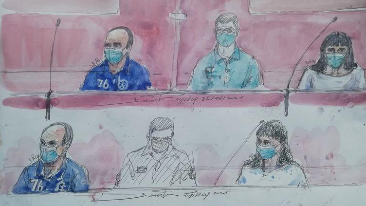"""Un croquis de la salle d'audience réalisé le 22 juin 2021 qui montre l'accusé principal Hubert Caouissin et la co-accusée Lydie Traodec au palais de justice de Nantes, au jour de l'ouverture du procès de l'affaire dite """"affaire Troadec"""" à Nantes. (BENOIT PEYRUCQ / AFP)"""