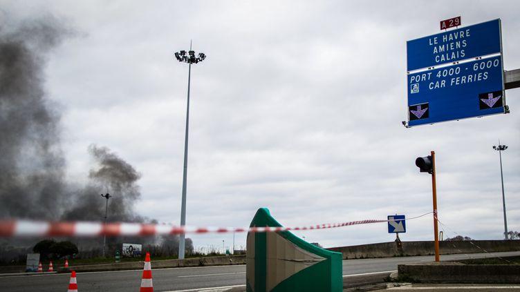 Des manifestants bloquent le port du Havre, le 10 janvier 2020. (LOU BENOIST / AFP)