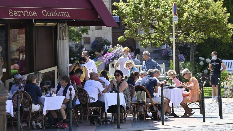 Des clients attablés à la terrasse d'unrestaurant de Deauville (Calvados), le samedi 17 juillet 2021. (THOMAS BREGARDIS / MAXPPP)