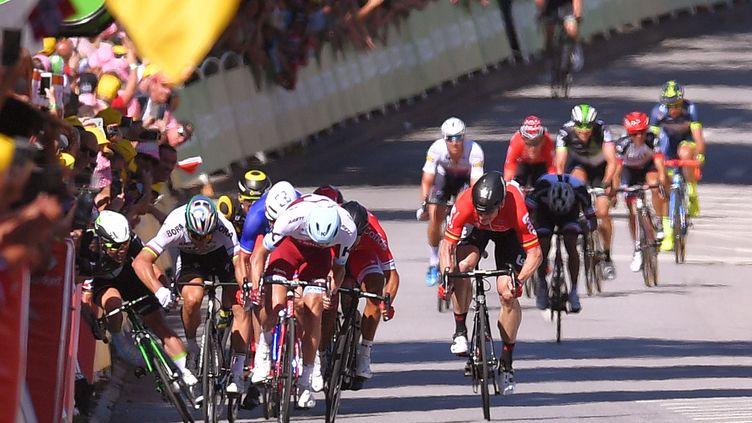 La chute qui a provoqué l'exclusion de Peter Sagan et l'abandon de Mark Cavendish, le 4 juillet 2017 à Vittel (Vosges). (DE WAELE TIM / TDWSPORT SARL / AFP)