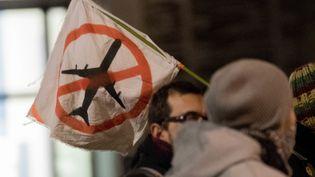 Un drapeau montrant l'opposition au projet d'aéroport de Notre-Dame-des-Landes, mercredi 17 janvier, dans les rues de Nantes (Loire-Atlantique). (ESTELLE RUIZ / CROWDSPARK / AFP)