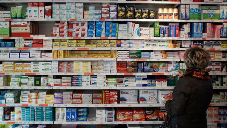 Une cliente dans une pharmacie de Caen (Calvados), en novembre 2012. (CHARLY TRIBALLEAU / AFP)