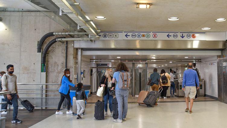 Des passagers utilisent les transports en commun à Paris, le 11 août 2021. (VIRGINIE SEILLER / HANS LUCAS / AFP)