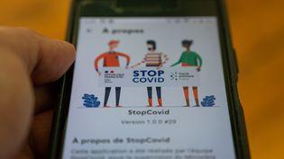 un écran de l'application pour téléphone mobile StopCovid, ici le 2 juin 2020. (RICCARDO MILANI / HANS LUCAS / AFP)