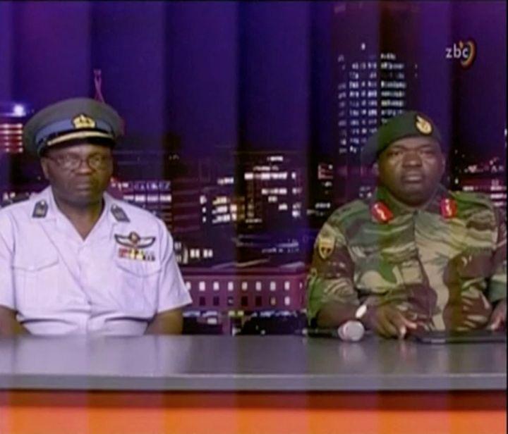 Legénéral Sibusiso Moyo (à droite) lit une déclaration à la télévision, le 15 novembre 2017 à Harare (Zimbabwe). (REUTERS)
