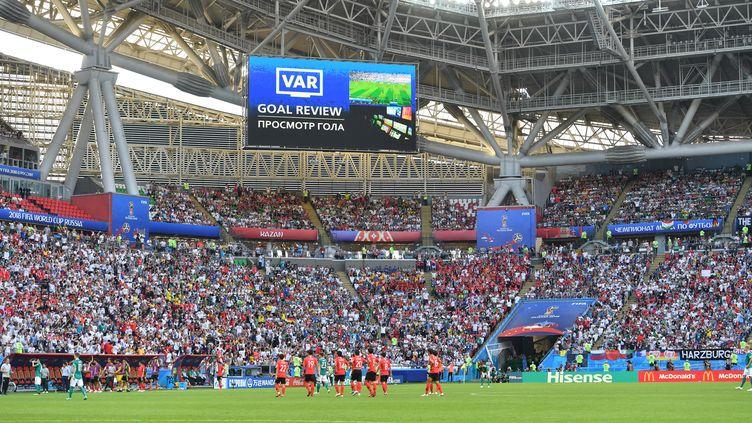 L'écran géant du stade de Kazan (Russie) annonce l'utilisation de l'arbitrage vidéo, le 27 juin 2018. (FRANK HOERMANN / SVEN SIMON / AFP)