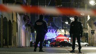Des policiers dans les rues de Strasbourg (Bas-Rhin), le 12 décembre 2018, dans les heures suivant une fusillade en centre-ville. (SEBASTIEN BOZON / AFP)