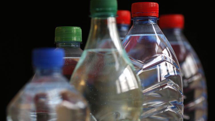 """Une bouteille d'eau sur cinq contient des traces de polluant, selonune étude de """"60 millions de consommateurs"""", fin mars 2013. (THOMAS COEX / AFP)"""