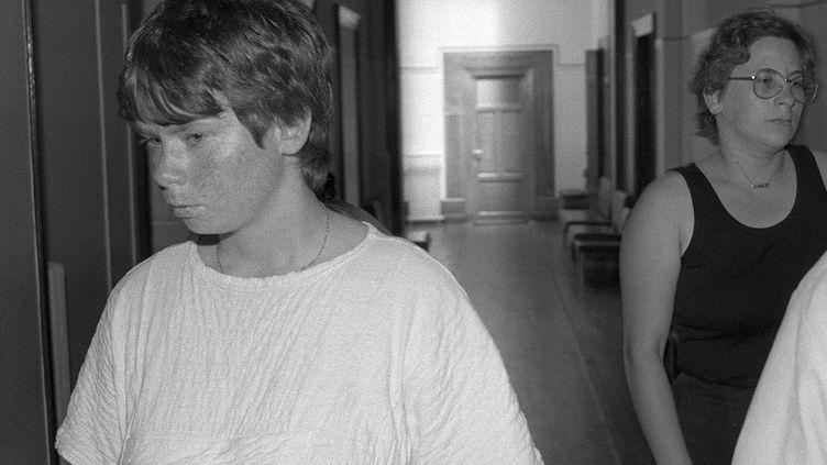 Marie-Ange Laroche (à droite), et sa sœur Murielle Bolle (à gauche), le 30 juin 1986 au tribunal de Dijon (Côte-d'Or). (ERIC FEFERBERG / AFP)