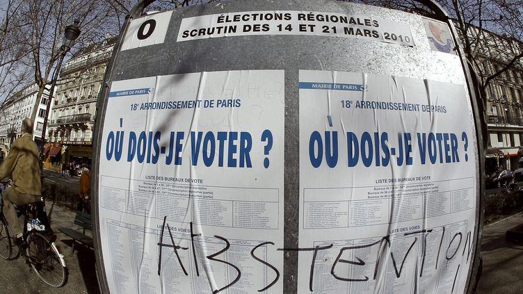 Un panneau d'informations électorales,le 19 mars 2010 à Paris, durant la campagnedes élections régionales. (JOEL SAGET / AFP)