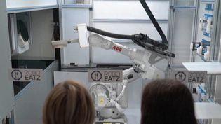 Une start-up située à Riga, en Lettonie, a créé un robot capable de mitonner des plats dans les cuisines d'un restaurant. (CAPTURE ECRAN FRANCE 2)
