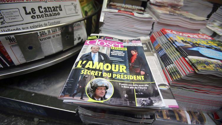 """Le magazine """"Closer"""" du 10 janvier 2014 prête une liaison à François Hollande avec l'actrice Julie Gayet. (REMY DE LA MAUVINIERE / AP / SIPA)"""