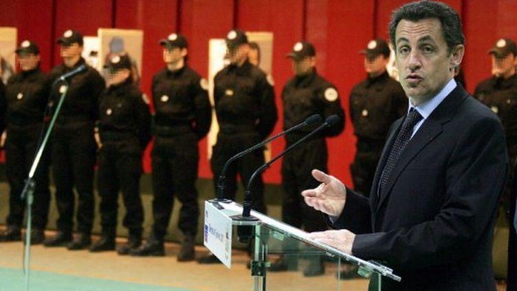 Nicolas Sarkozy, alors ministre de l'Intérieur, prononce un discours devant les policiers du Raid en 2007. (DOMINIQUE FAGET / AFP)