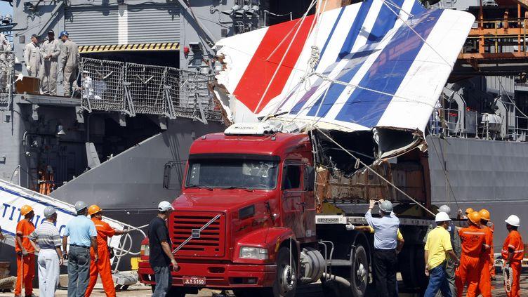 La dérive duvol 447 d'Air France, repêchée dans l'océan Atlantique, arrive dans le port de Recife, au Brésil, le 14 juin 2009. (EVARISTO SA / AFP)