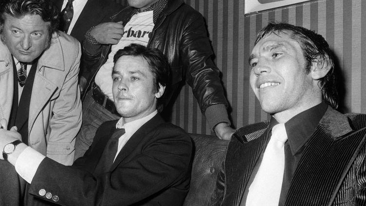 Jean-Claude Bouttier et l'acteur Alain Delon lors d'une conférence de presse après le match contre Carlos Monzon au stade Roland Garros en 1973. (STF / AFP)