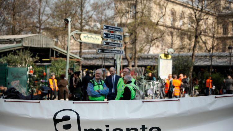 Rassemblement devant la Cour de cassation afin de reconnaître le préjudice d'anxiété de certains travailleurs exposés à l'amiante, le 22 mars 2019. (MAXPPP)
