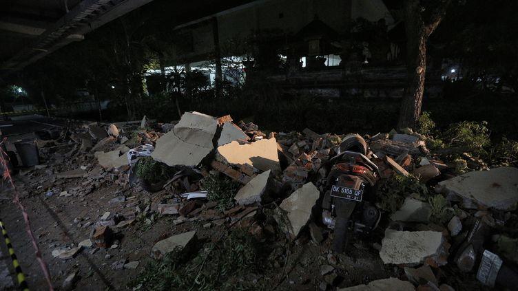 Des débris à la suite d'un tremblement de terre de magnitude 7 à Lombok (Indonésie), le 5 août 2018. (JEPAYONA DELITA / ANADOLU AGENCY)