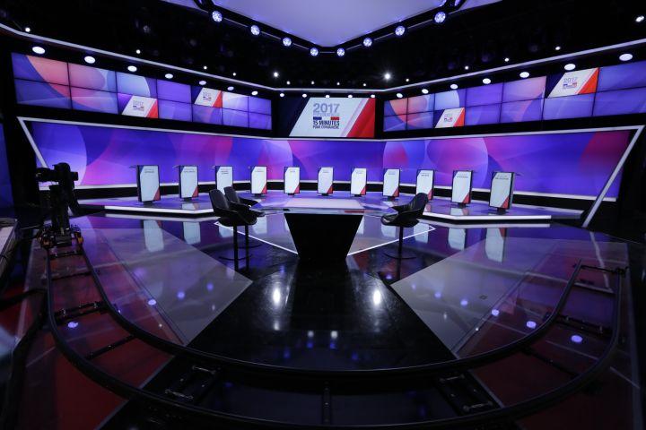 """Les 11 pupitres des candidats seront disposés en arc de cercle sur le plateau de l'émission """"15 minutes pour convaincre"""". (FRANCETELEVISIONS)"""