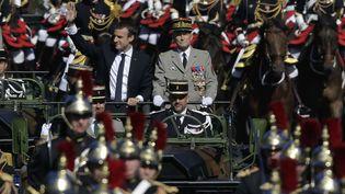 Emmanuel Macron aux côtés de Pierre de Villiers sur les Champs-Elysées, le 14 juillet 2017. (MARKUS SCHREIBER/AP/SIPA / AP)