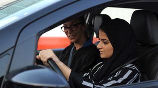 Une femme saoudienne apprend à conduire avec une formatrice italienne, le 7 mars 2018, à Jeddah (Arabie saoudite). (AMER HILABI / AFP)