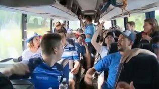 Des supporters de l'équipe de rugby de Castres (Tarn), dans un bus pour encourager leur équipe en finale duTop 14, à Paris, face à Montpellier (Hérault). (FRANCE 3)