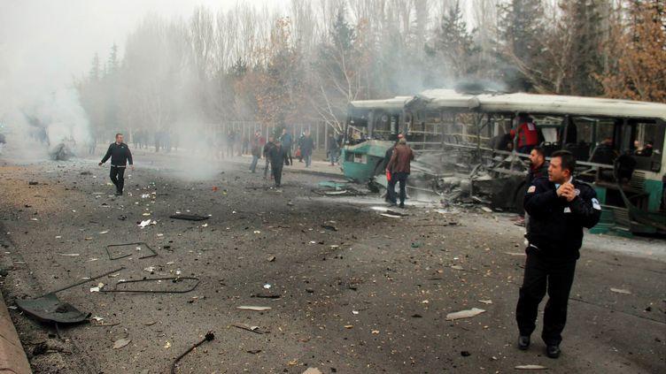 Un bus transportant des militaires a été la cible d'un attentatà Kayseri, dans le centre de la Turquie, le 17 décembre 2016. (IHLAS NEWS AGENCY / AFP)